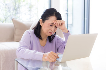 ミドル 女性 パソコン 疲労
