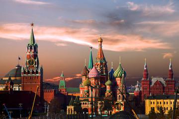 Москва. Храм Василия Блаженного  и Кремль вечером.