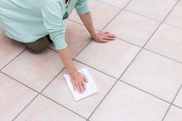 ミドル 女性 床掃除