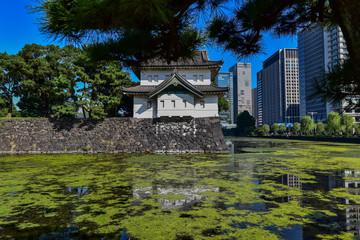 青空に映える皇居の桜田二重櫓