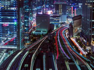 東京駅上空から見た電車と車の光跡