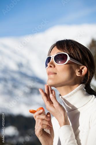 Portrait d 39 une belle femme qui s 39 applique de la cr me - Appliques solaires exterieures ...