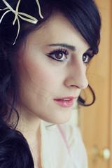 Retrato de una preciosa mujer joven de ojos marrones y cabello negro