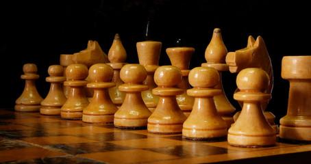 Белые шахматные фигуры на шахматной доске
