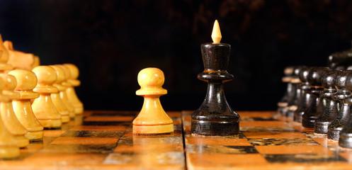 Противостояние пешки и короля на шахматной доске