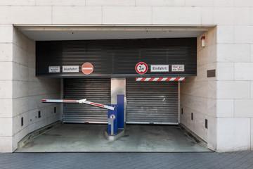 Einfahrt in die Tiefgarage Parkplatz