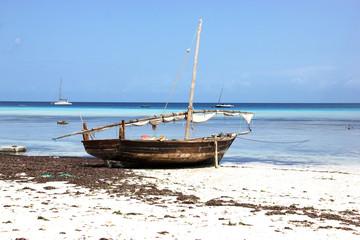 Традиционная рыбацкая лодка Доу, Занзибар, Танзания.