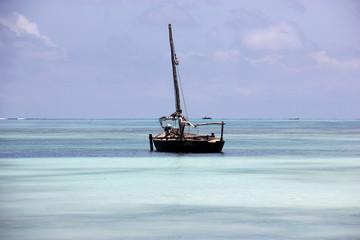 Традиционная рыбацкая лодка Доу, остров Занзибар, Танзания.