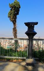 Telescopio en el mirador de Montjuic de la ciudad de Barcelona, España
