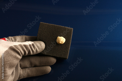 kratzer aus autolack auspolieren mit polierschwamm imagens e fotos de stock royalty free no. Black Bedroom Furniture Sets. Home Design Ideas