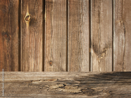 Rustikale Bretter alter rustikaler holz bretter hintergrund mit holztisch stock photo
