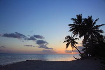 南の島タヒチのビーチで夕日と夕焼け Sunset in Tahiti paradise