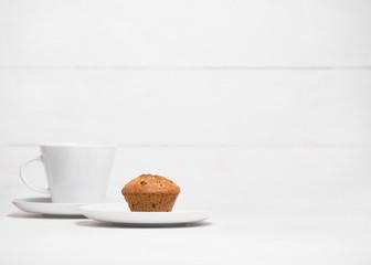 чашка и кекс на белом фоне