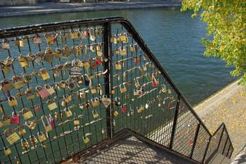 Cadenas d'amour sur les quais de l'île Saint-Louis à Paris