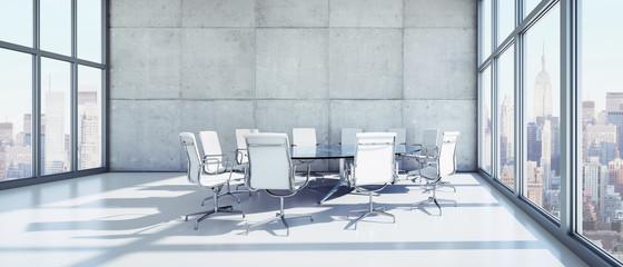 Runder Tisch mit weißen Bürostühlen
