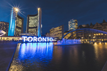 Photo sur Plexiglas Toronto Nathan Phillips square in Toronto at night