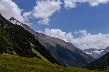 Nationalpark hohen Tauern mit Blick ins Tal und auf den nächsten Berg