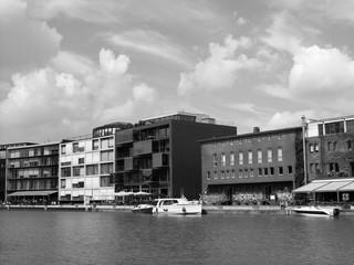 Moderne Bürohäuser und alte Speicher am Kreativkai im Hafen von Münster in Westfalen im Münsterland, aufgenommen in neorealistischem Schwarzweiß