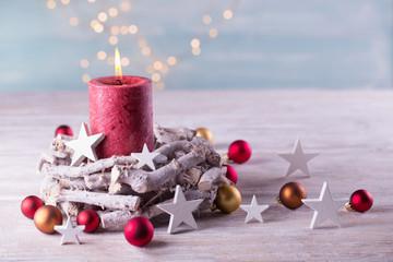 Dekoration mit Kerze im Advent