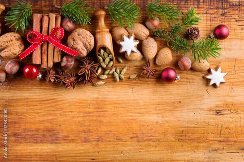 weihnachtliche gew rze und zutaten auf holz stockfotos. Black Bedroom Furniture Sets. Home Design Ideas