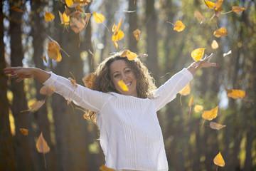 Mujer disfrutando del otoño