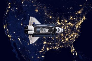 Prom kosmiczny i widok z lotu ptaka na noc w USA
