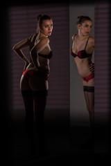 La femme en sous vêtements se contemple dans le miroir.
