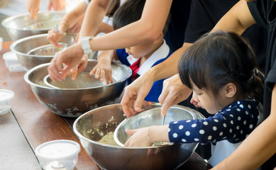 Photo sur Plexiglas Cuisine Asian children are cooking ice cream in cooking class