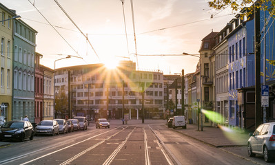 Straßenszene am Morgen bei Sonnenaufgang
