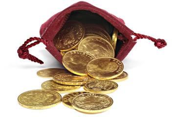 Goldmünzen verschiedener europäischer Ländern aus dem 19./20. Jahrhundert in einem Geldbeutel isoliert auf weißem Hintergrund