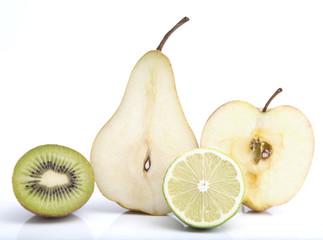 Aufgeschnittenes Obst auf weissem Hintergrund