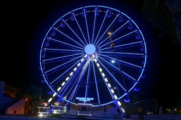La grande roue d'Antibes Côte d'Azur illuminée la nuit, Antibes, Alpes-Maritimes, France