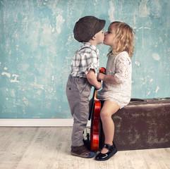 zwei Kinder geben sich ein Küsschen, retro
