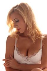Blonde Frau mit perfekten Busen