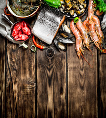 Fototapete - variety of seafood from shrimp, shellfish and other marine life.