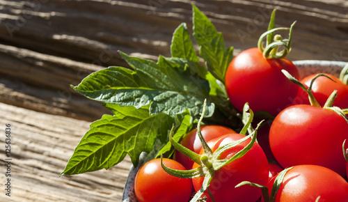 rote reife tomaten auf holz treibholz hintergrund textfreiraum stockfotos und lizenzfreie. Black Bedroom Furniture Sets. Home Design Ideas