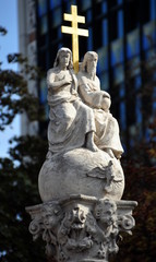 Wien - Steinerne Skulptur mit goldenem Doppelkreuz