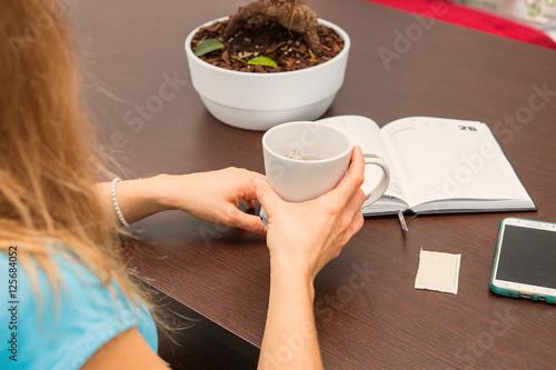 Ragazza con tazza cellulare e agenda sul tavolo stock photo and royalty free images on - Video sesso sul tavolo ...
