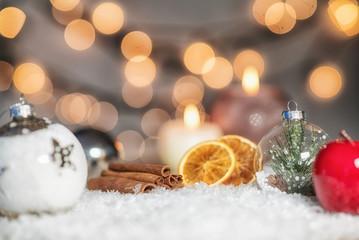 Weihnachtliche Szene mit Zimtstangen und Orangen