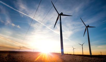 Aerogeneradores y concepto de energia renovable.Electricidad y paisaje de molinos de viento.Desarrollo sostenible e industria energetica