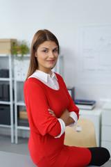 selbstbewusste frau an ihrem arbeitsplatz