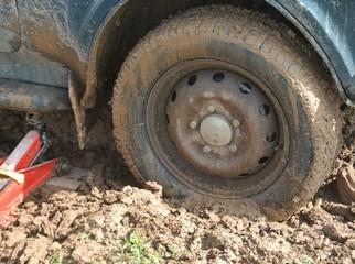 Автомобильное колесо, застрявшее в грязи