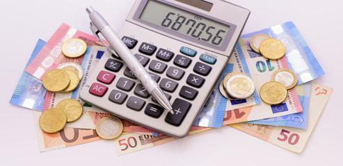 Euro Geldscheine und Taschenrechner
