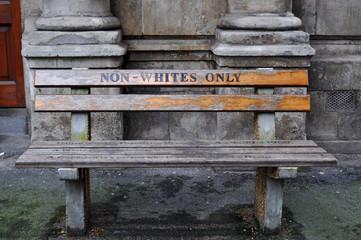 Città del Capo, 30/09/2009: la panchina Solo per Non Bianchi a Queen Victoria Street realizzata dall'artista Roderick Sauls per ricreare le panchine per bianchi e neri usate durante l'apartheid