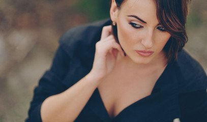 Портрет молодой красивой женщины с ярким макияжем