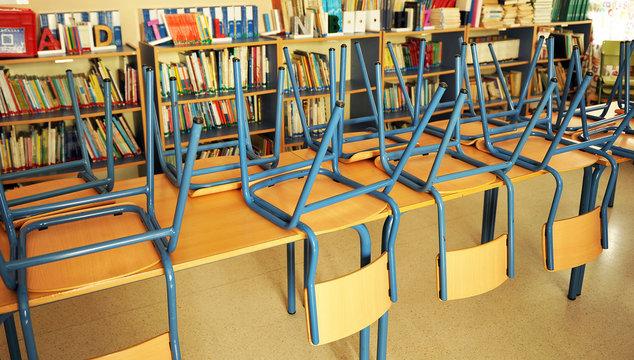 Aula de una escuela pública en vacaciones. Escuela cerrada por Covid-19