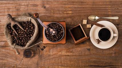 Foto op Canvas koffiebar tazzina di caffè, chicchi tostati e macinino