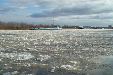 Zugefrorener Mittellandkanal hindert Binnenschiffer an der Weiterfahrt