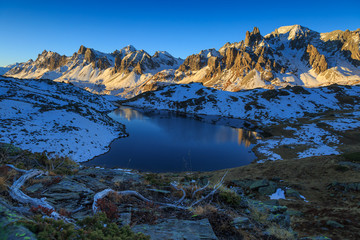 Fotomurales - Lac Long in the snow covered Claree valley during a clear, autumn sunrise.