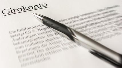 Vertrag zum Girokonto wird unterzeichnet